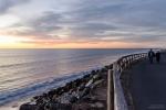 Uferpromenade im Sonnenuntergang